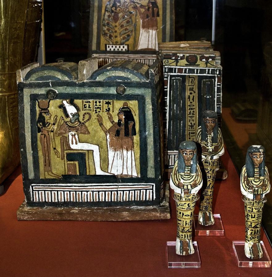 Caja contenedora y ushebtis los que responden conservados en el British Museum de Londres