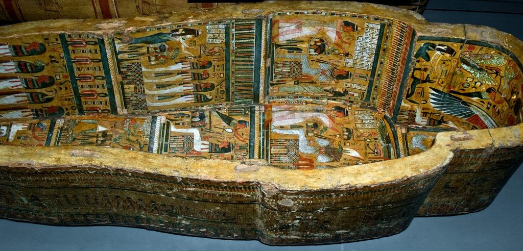 Ataud decorado en su interior conservado en el Brithis Museum de Londres