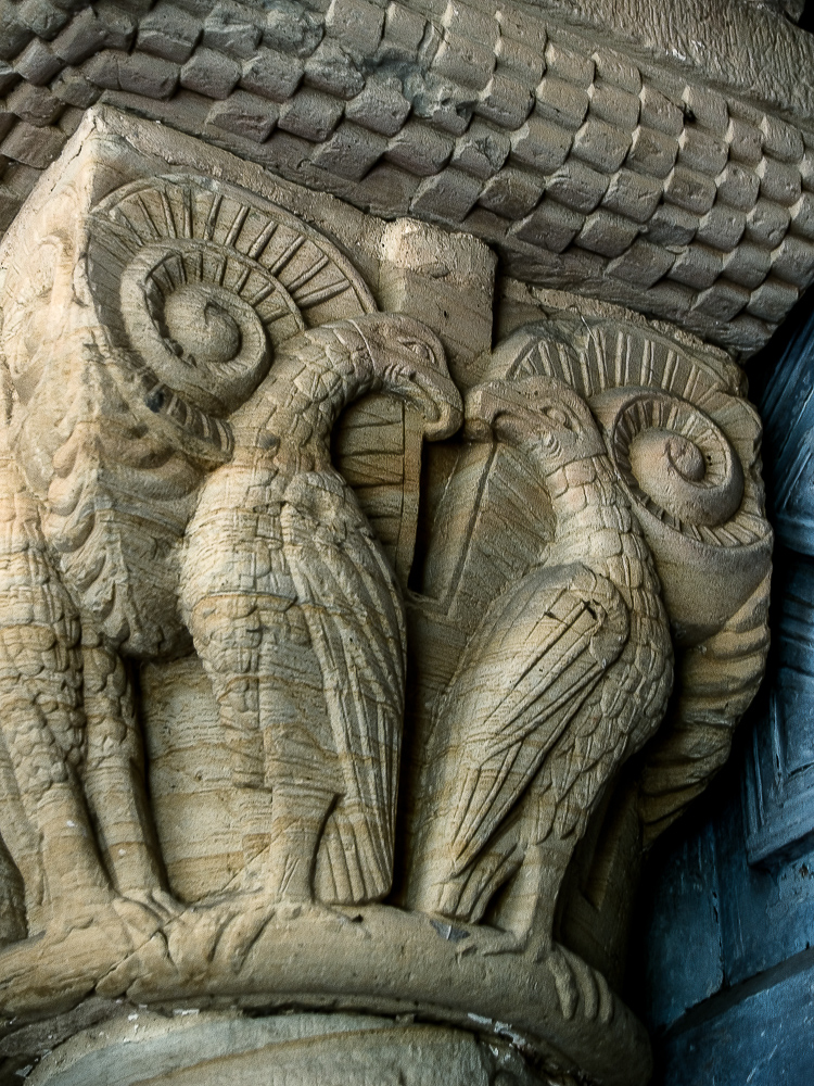 Capitel con aguilas en la iglesia de Villanueva en Asturias