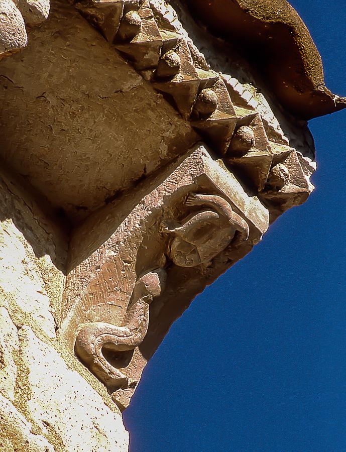 Batracio con serpiente Canecillo de la iglesia de San Juan en la localidad de Arroyo de la Encomienda Valladolid
