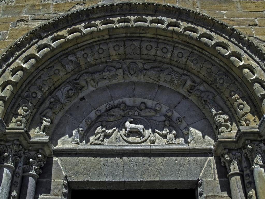 Detalle del timpano de la portada sur de la iglesia de Santa Maria del Azogue en Benavente