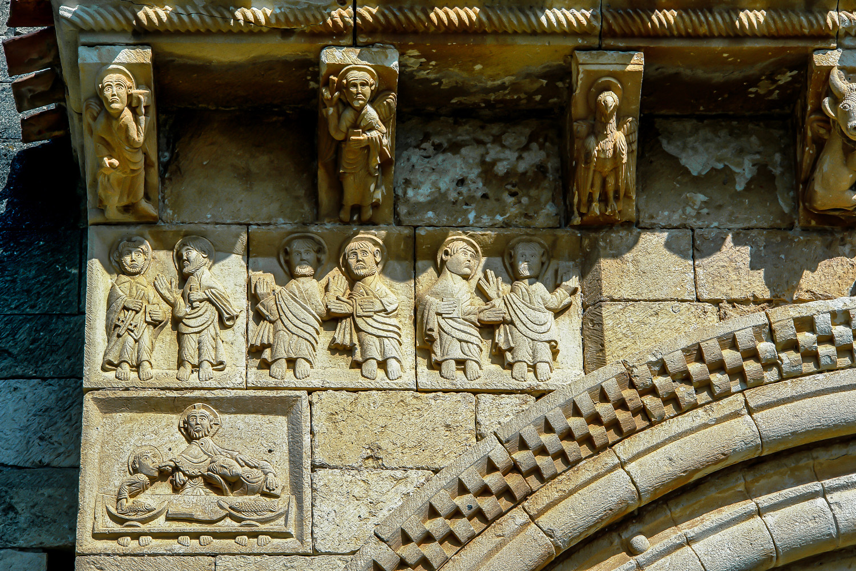 Monasterio de San Pedro de Tejada Burgos La ultima cena representada parcialmente esquina inferior derecha de la imagen con solo tres personajes Jesucristo en medio san Juan a la derecha y Judas a su izquierda