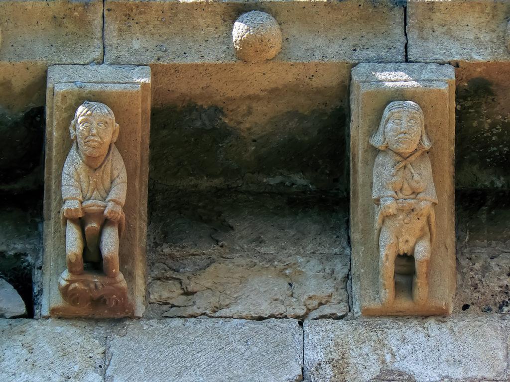 Dos canecillos de la fachada sur con personaje masculino y femenino en actitud exhibicionista San Pedro de Tejada Puente Arenas Burgos