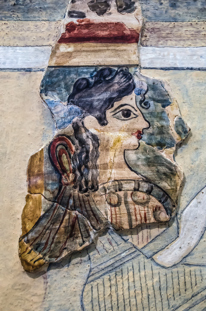 Detalle de uno de los frescos rescatados del palacio de Cnosos y actualmente conservado en el Museo Arqueologico de Heraclion en Creta El personaje femenino es conocido como la Parisina sacerdotisa de la diosa y lleva el pelo recogido con el nudo ritual