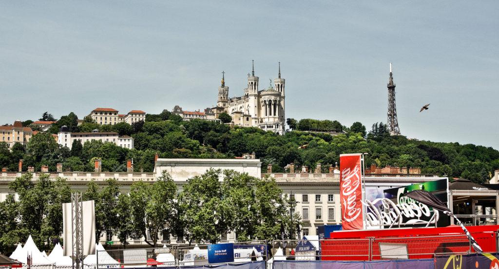 La basilica de Notre Dame de Fourviere en Lyon construida sobre una colina que domina la ciudad y sobre el foro de Trajano a su vez construido sobre lugares sagrados dedicados al dios celta Lug