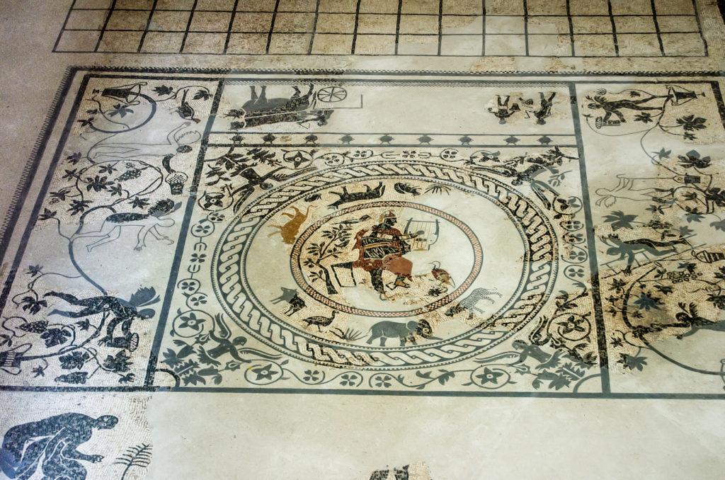 Mosaico conservado en el Museo Romano de Merida En el centro la figura de Orfeo tocando su lira y rodeado de animales a los que segun la leyenda amansaba con su musica