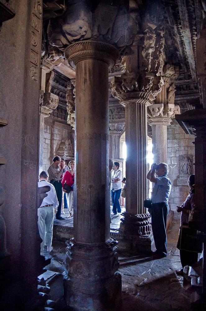 Interior del Templo de Kandariya Mahadeva en Khajuraho India
