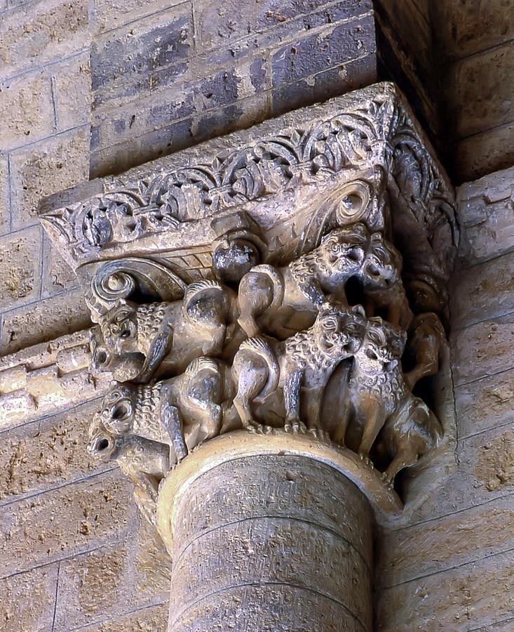 Dos hileras de leones guardianes superpuestos en uno de los capiteles interiores de la iglesia de San Martin de Tours en Frómista Palencia