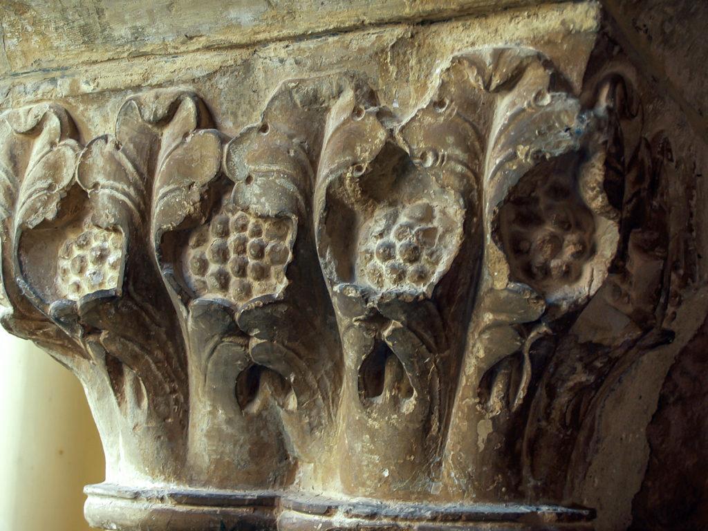 Capitel del claustro del monasterio de Santo Domingo en Silos Burgos representando frutos envueltos en ampulosas hojas de acanto