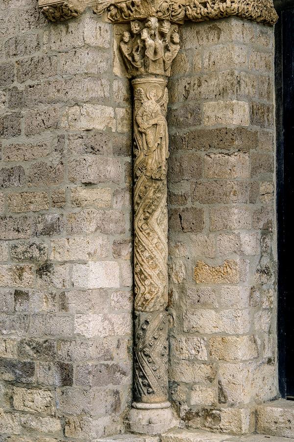Columna izquierda de la portada de la iglesia de Santiago en Carrion de los Condes Palencia Bajo el capitel en la parte alta del fuste se encuentra un angel guardian y debajo un grafismo geometrico en Zigzag representando al elemento acuatico purificador mezclado con flores de caracter solar