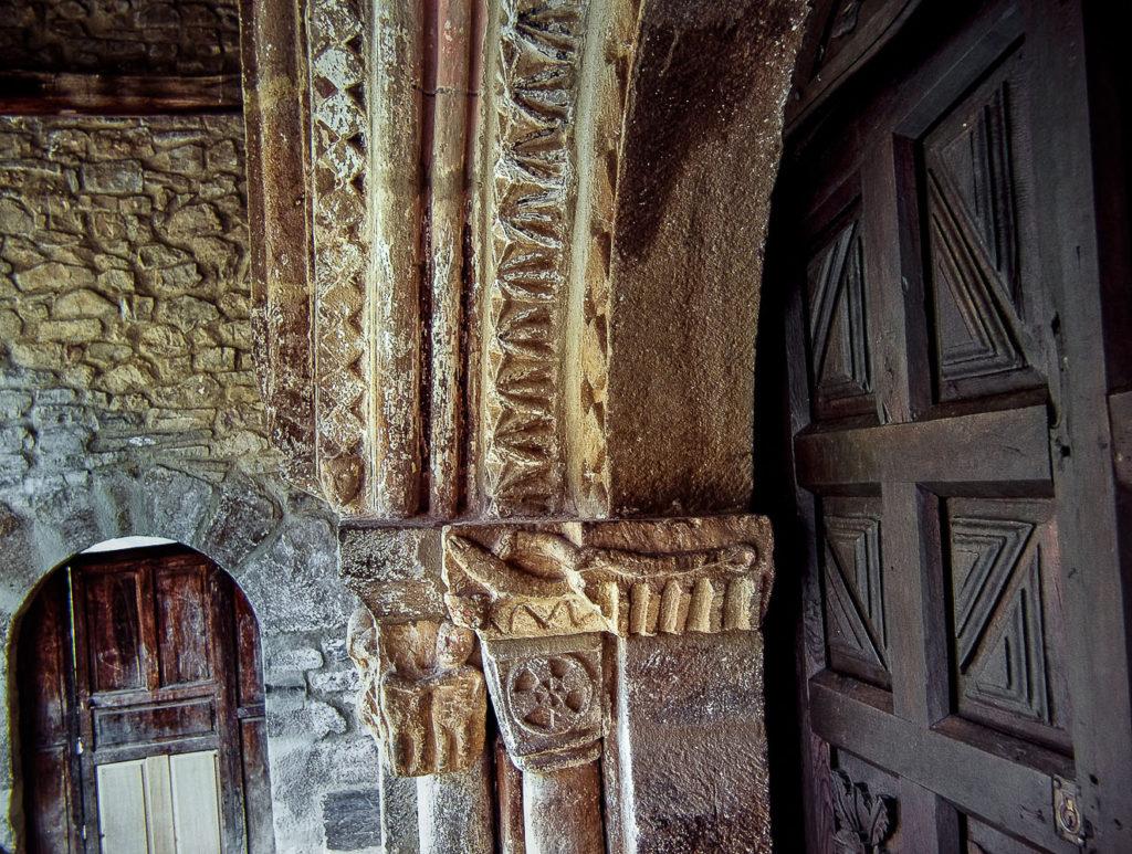 Detalle de los capiteles de la parroquial de Perrozo