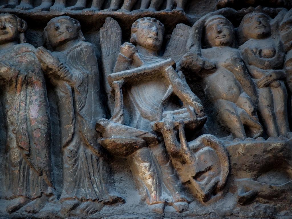 Detalle de la escena de la psicostasia en la portada de la iglesia de Santa Maria la Real de Sanguesa en Navarra