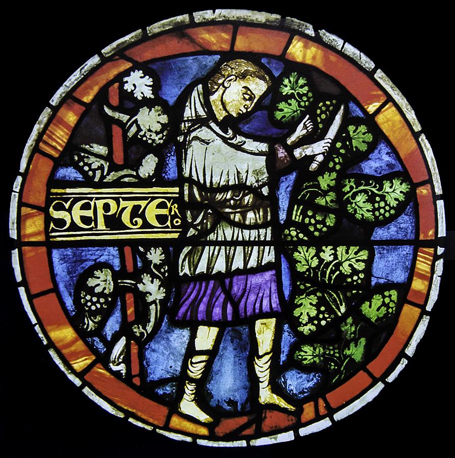 La tarea propia de septiembre suele ser la de la vendimia de los viñedos La escena en este caso corresponde a una de la vidrieras de la Catedral suiza de Nuestra Señora de Lausana