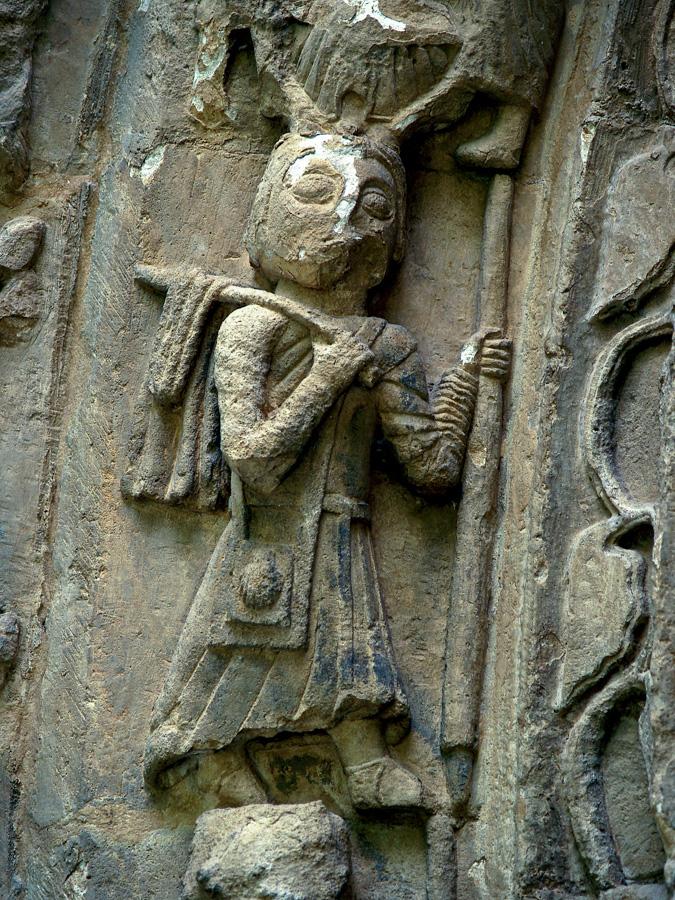 Es frecuente ver en las iglesias romanicas del Camino referencias iconograficas a la peregrinacion como es el caso del caminante que se encuentra en una de las arquivoltas de la portada oeste de Vallejo de Mena Burgos