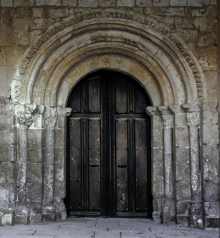 Portada de la iglesia de la Santisima Trinidad en Villafuerte de Esgueva